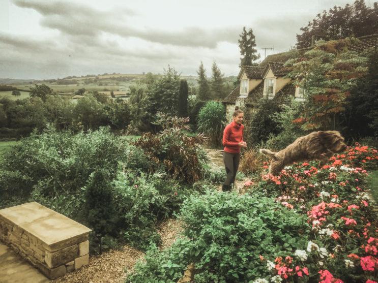 Radost aupair v Anglii na zahradě se psem