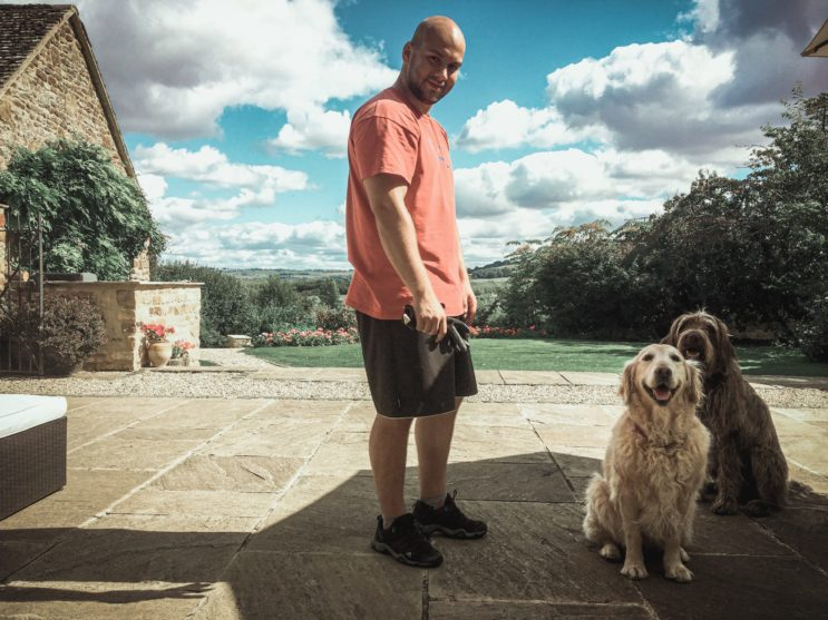 Aupir couple v Anglii na zahradě se dvěma psy