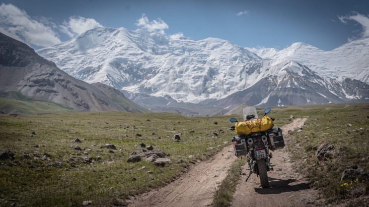 prašná cesta na motorce v mongolsku