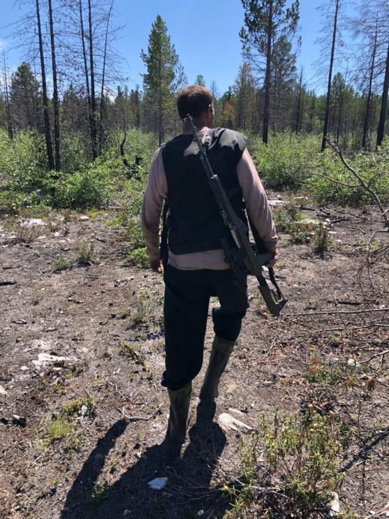 Ruský lovec s puškou na sibiři