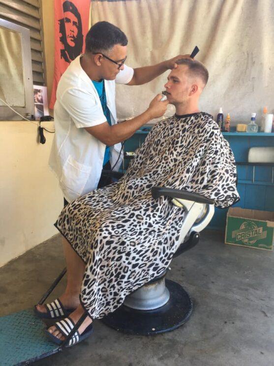 Šimon u kadeřníka na Kubě
